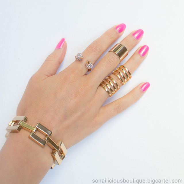 Edgy gold rings, pink nails
