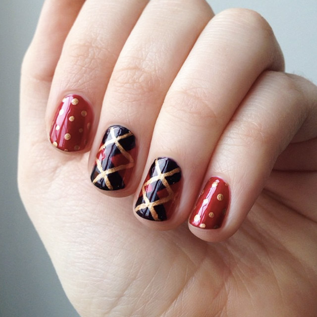 Plaid Christmas nail art by @murmelnegl