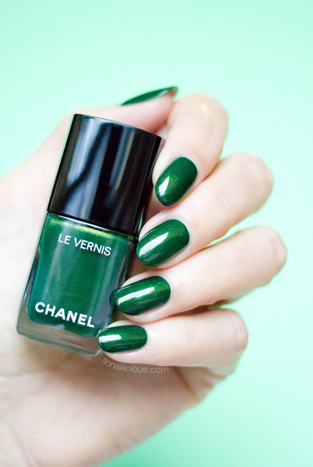 Chanel emeraude nail polish swatches