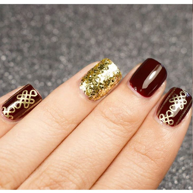 Dark red and gold Fall nails by @reyakairos