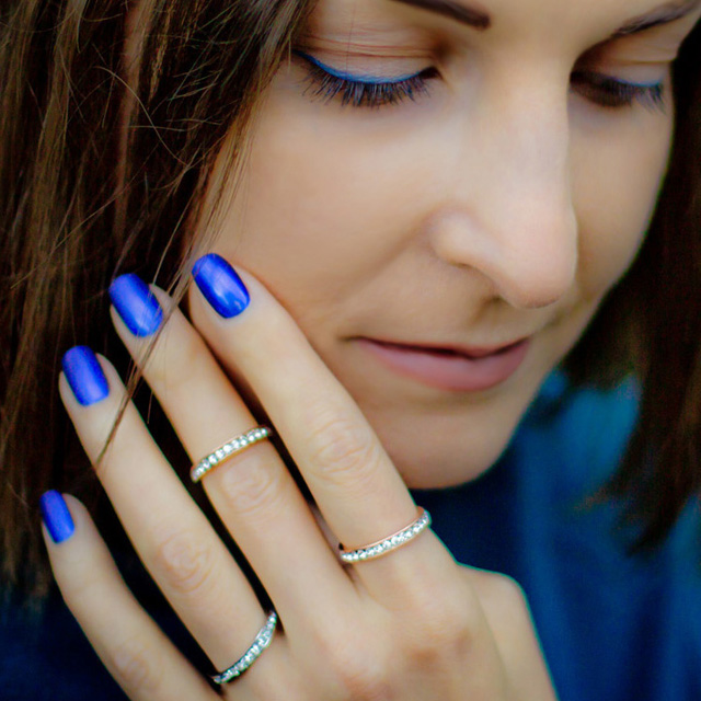 Electric blue nails and matching eyeliner, Maria Vlezko for SoNailicious
