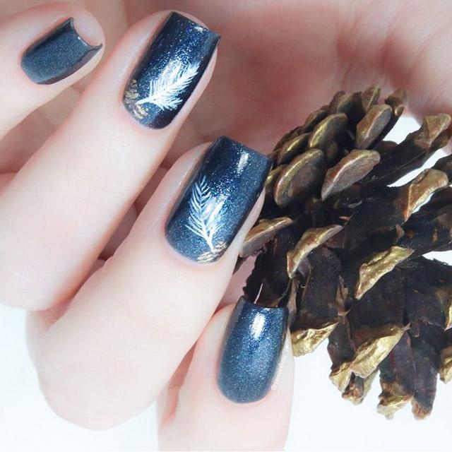 Elegant Festive nail deisgn by @jennieshaw