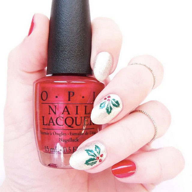 Elegant Mistletoe nails by @nailtrip